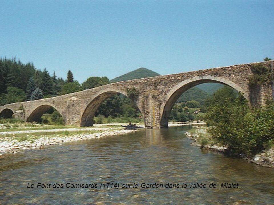 Le Pont des Camisards (1714) sur le Gardon dans la vallée de Mialet