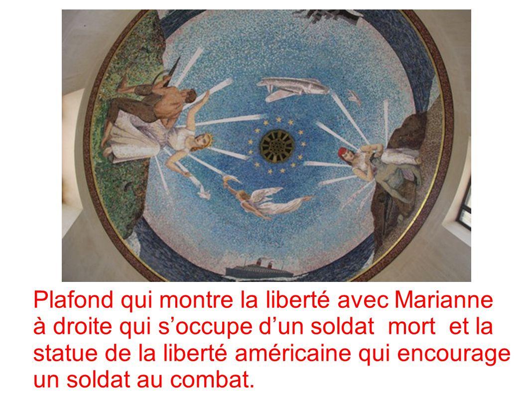 Plafond qui montre la liberté avec Marianne à droite qui s'occupe d'un soldat mort et la statue de la liberté américaine qui encourage un soldat au combat.