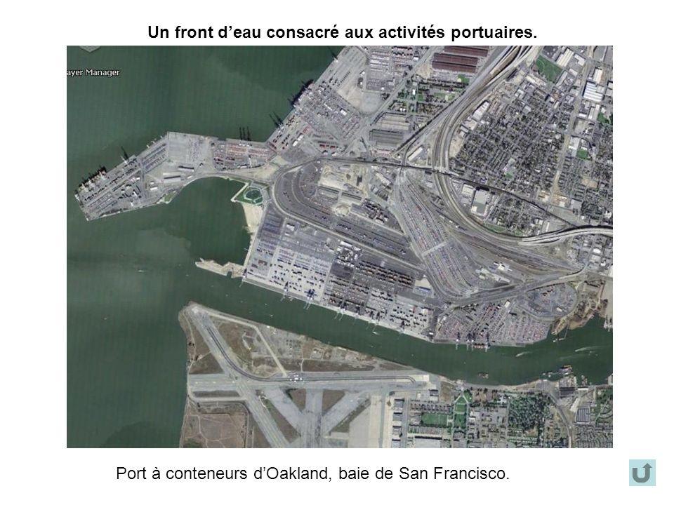 Un front d'eau consacré aux activités portuaires.