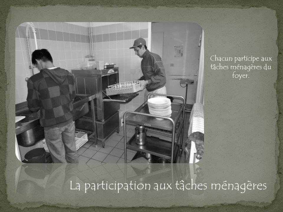 Chacun participe aux tâches ménagères du foyer.