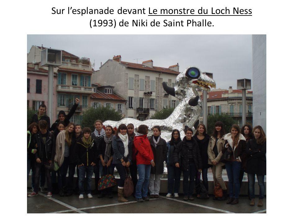 Sur l'esplanade devant Le monstre du Loch Ness (1993) de Niki de Saint Phalle.