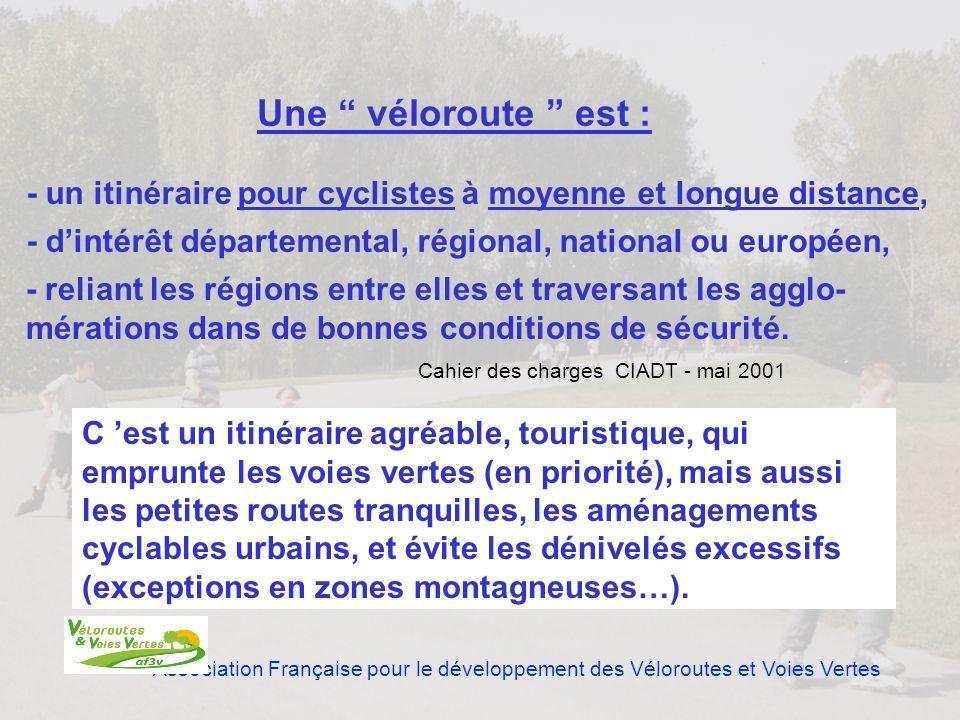 Une véloroute est : - un itinéraire pour cyclistes à moyenne et longue distance, - d'intérêt départemental, régional, national ou européen,