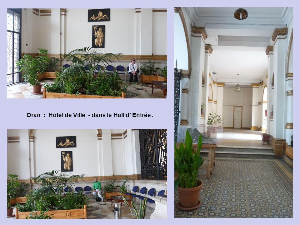 Oran : Hôtel de Ville - dans le Hall d' Entrée .