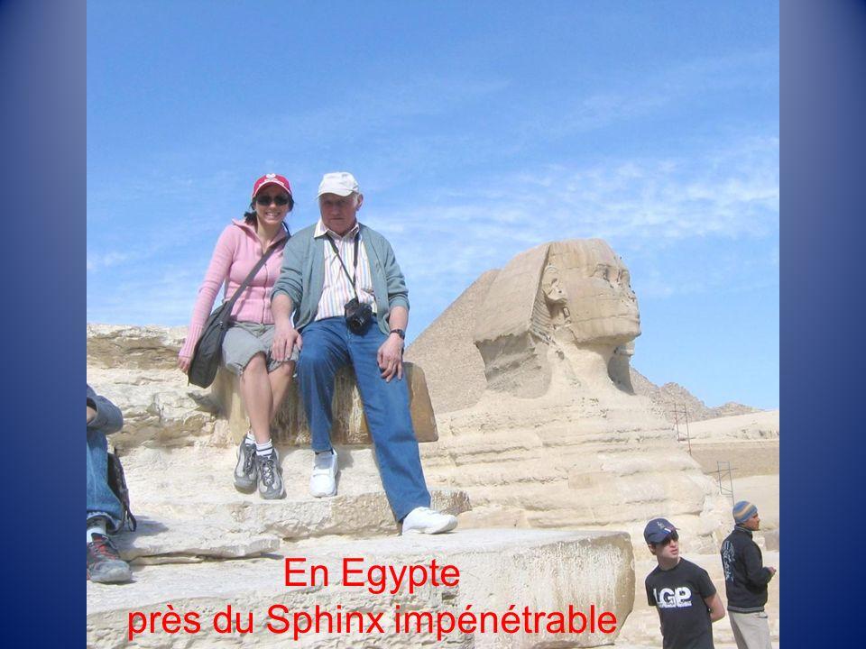 En Egypte près du Sphinx impénétrable