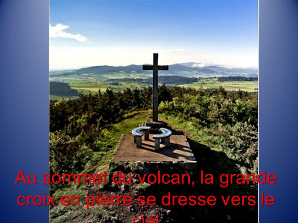 Au sommet du volcan, la grande croix en pierre se dresse vers le ciel