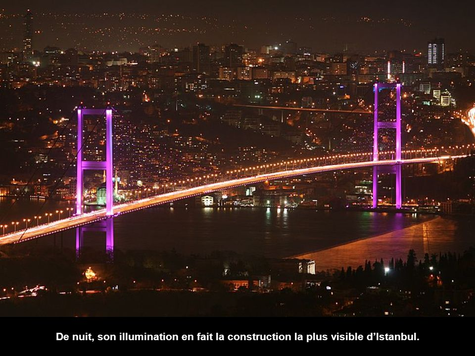 De nuit, son illumination en fait la construction la plus visible d'Istanbul.