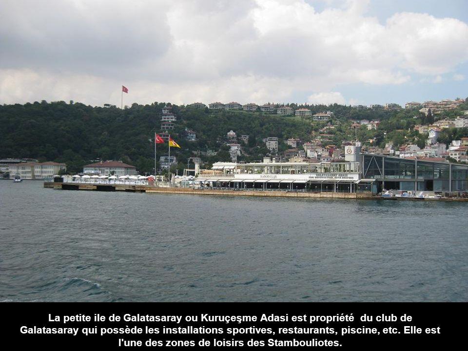 La petite ile de Galatasaray ou Kuruçeşme Adasi est propriété du club de Galatasaray qui possède les installations sportives, restaurants, piscine, etc.