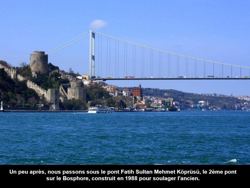 Un peu après, nous passons sous le pont Fatih Sultan Mehmet Köprüsü, le 2ème pont sur le Bosphore, construit en 1988 pour soulager l ancien.