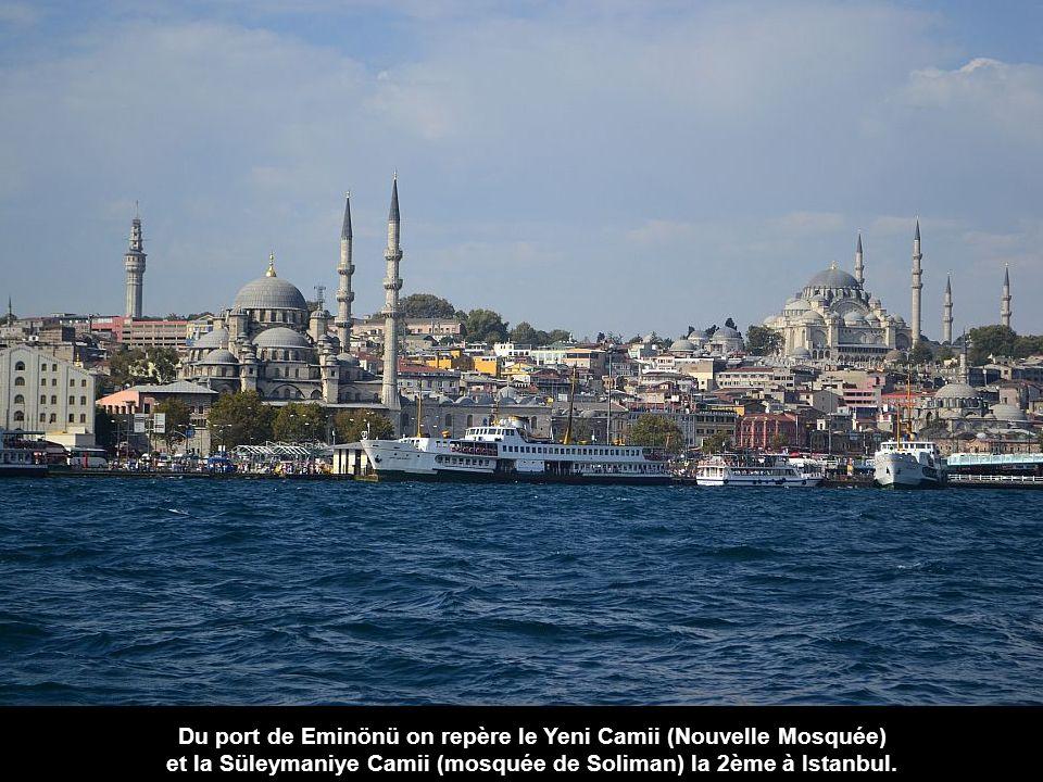 Du port de Eminönü on repère le Yeni Camii (Nouvelle Mosquée)
