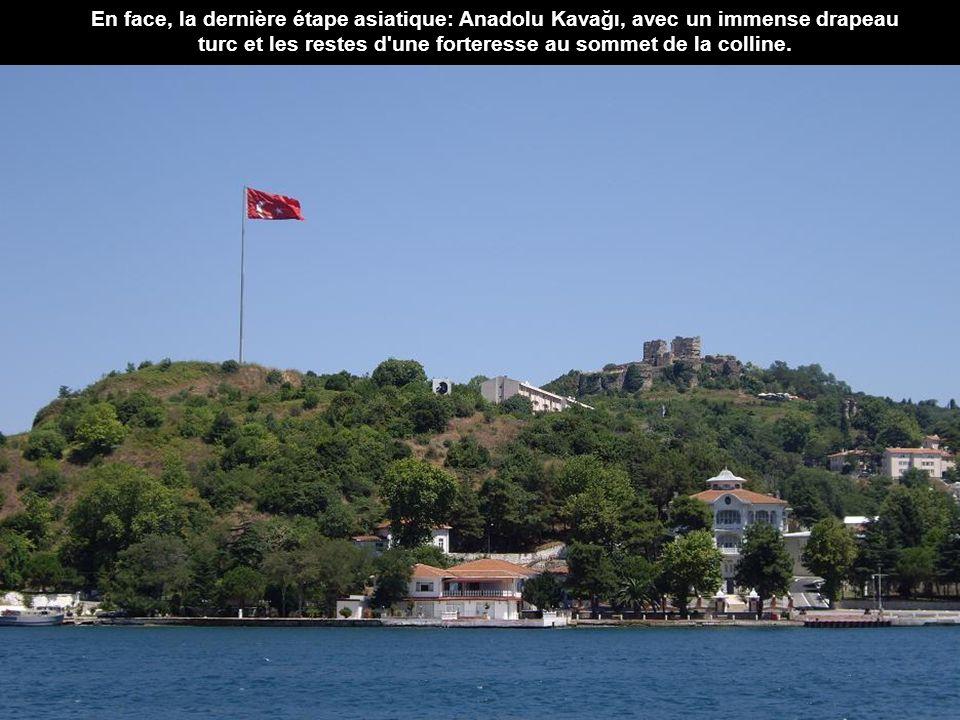 En face, la dernière étape asiatique: Anadolu Kavağı, avec un immense drapeau turc et les restes d une forteresse au sommet de la colline.