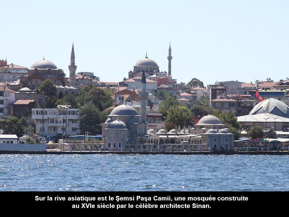Sur la rive asiatique est le Şemsi Paşa Camii, une mosquée construite