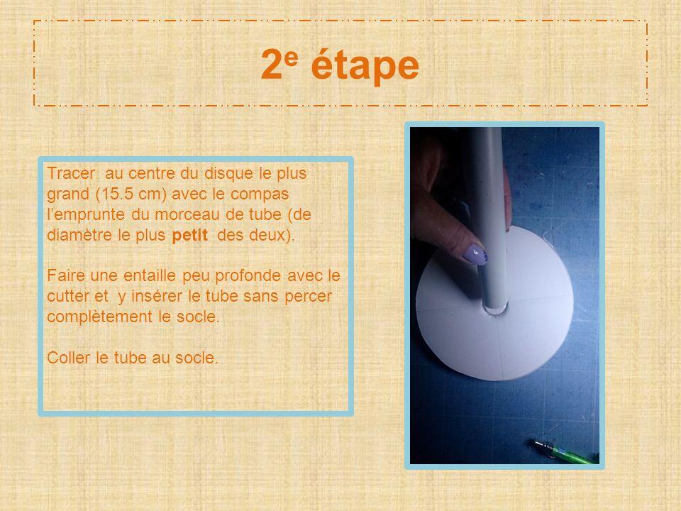2e étape Tracer au centre du disque le plus grand (15.5 cm) avec le compas l'emprunte du morceau de tube (de diamètre le plus petit des deux).
