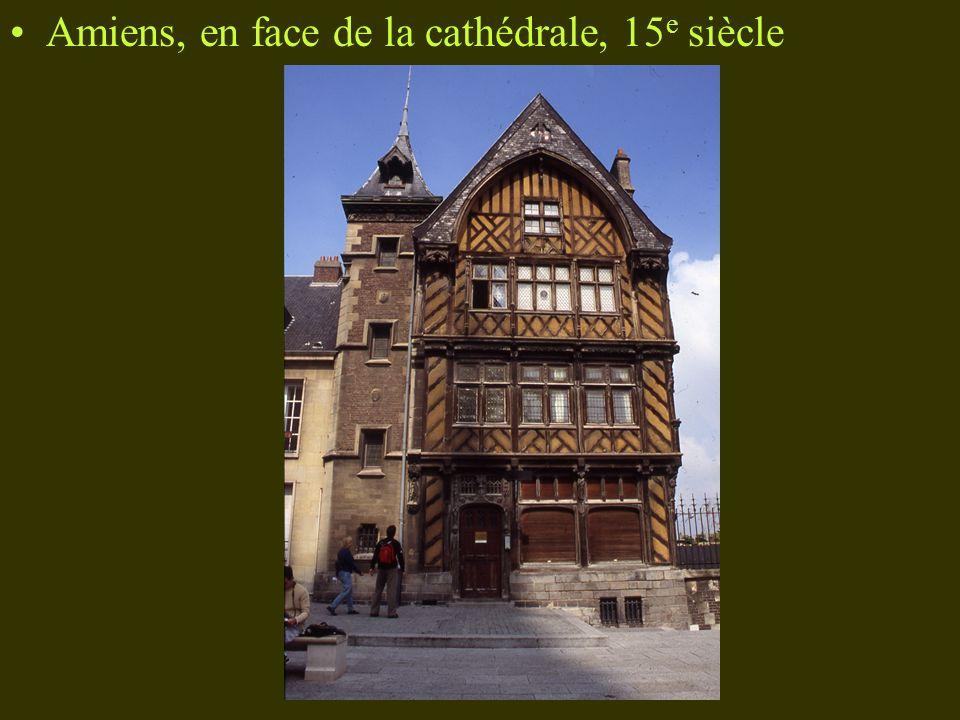 Amiens, en face de la cathédrale, 15e siècle