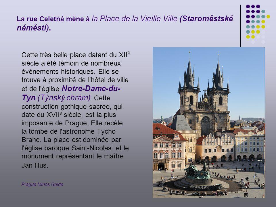 La rue Celetná mène à la Place de la Vieille Ville (Staroměstské náměstí).