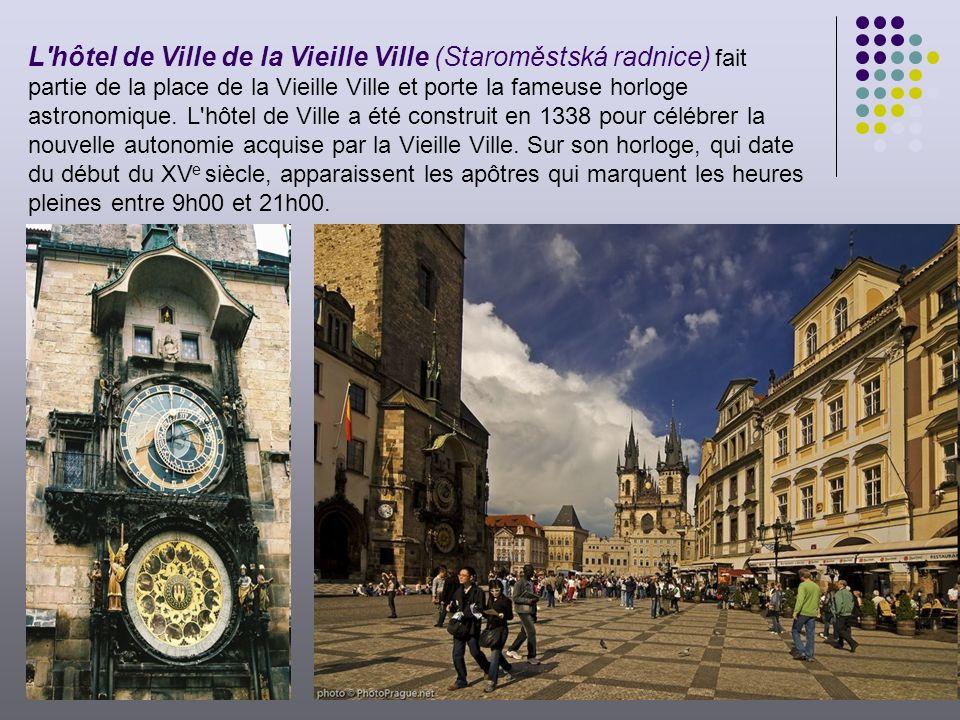 L hôtel de Ville de la Vieille Ville (Staroměstská radnice) fait partie de la place de la Vieille Ville et porte la fameuse horloge astronomique.