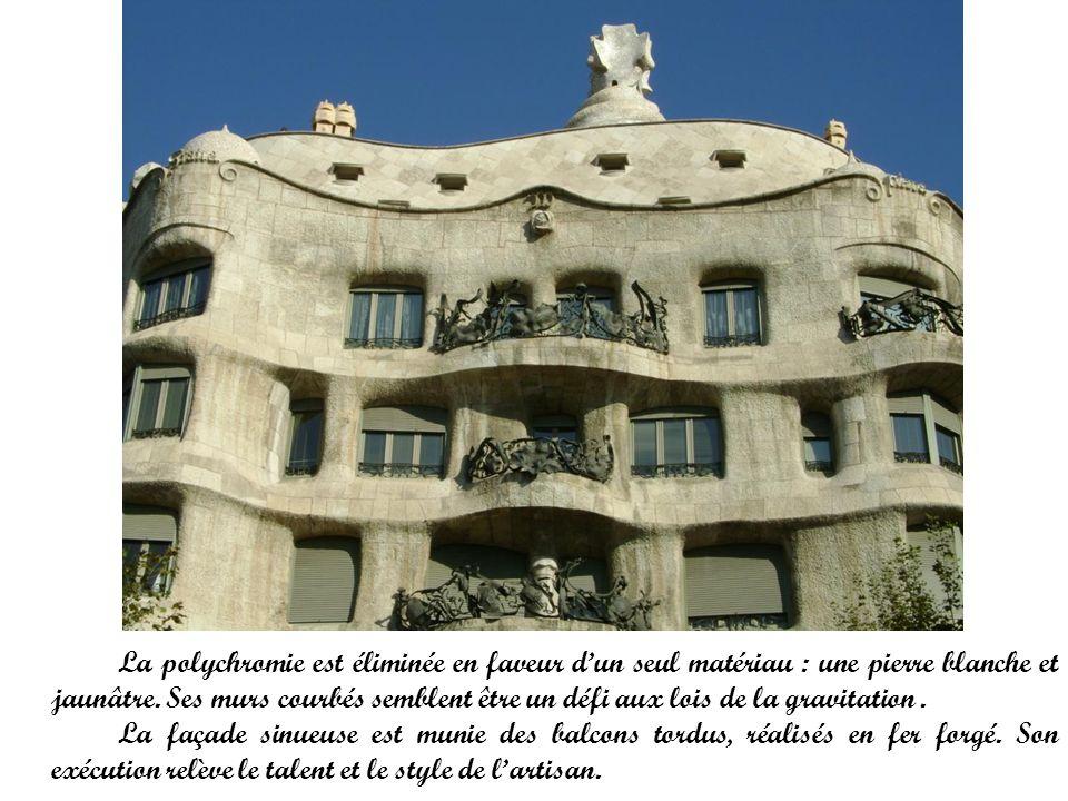 La polychromie est éliminée en faveur d'un seul matériau : une pierre blanche et jaunâtre. Ses murs courbés semblent être un défi aux lois de la gravitation .