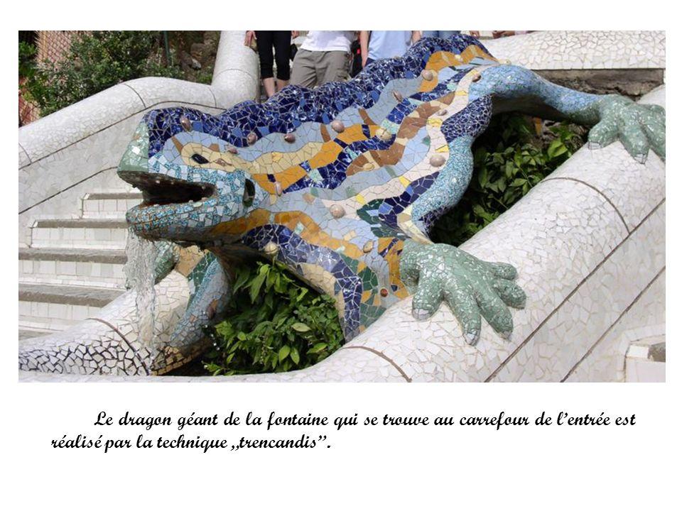 """Le dragon géant de la fontaine qui se trouve au carrefour de l'entrée est réalisé par la technique """"trencandis ."""