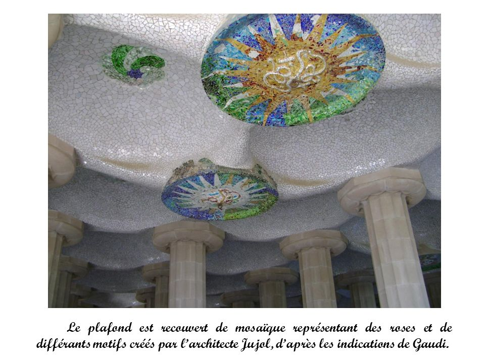 Le plafond est recouvert de mosaïque représentant des roses et de différants motifs créés par l'architecte Jujol, d'après les indications de Gaudi.
