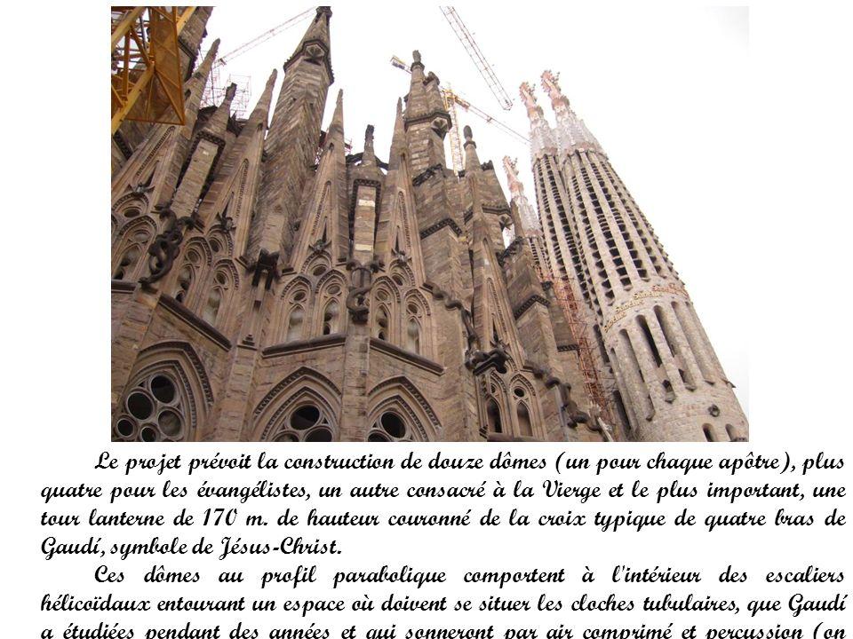 Le projet prévoit la construction de douze dômes (un pour chaque apôtre), plus quatre pour les évangélistes, un autre consacré à la Vierge et le plus important, une tour lanterne de 170 m. de hauteur couronné de la croix typique de quatre bras de Gaudí, symbole de Jésus-Christ.