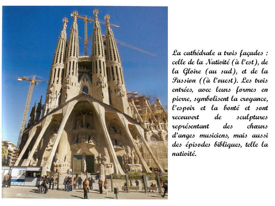 La cathédrale a trois façades : celle de la Nativité (à l'est), de la Gloire (au sud), et de la Passion ((à l'ouest).