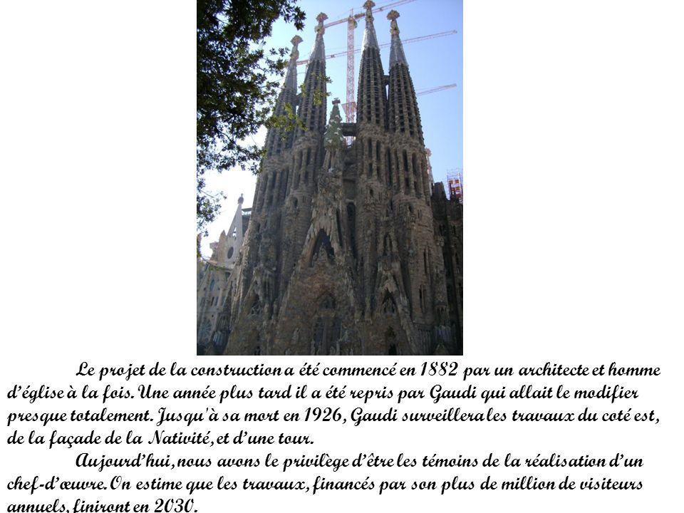 Le projet de la construction a été commencé en 1882 par un architecte et homme d'église à la fois. Une année plus tard il a été repris par Gaudi qui allait le modifier presque totalement. Jusqu à sa mort en 1926, Gaudi surveillera les travaux du coté est, de la façade de la Nativité, et d'une tour.
