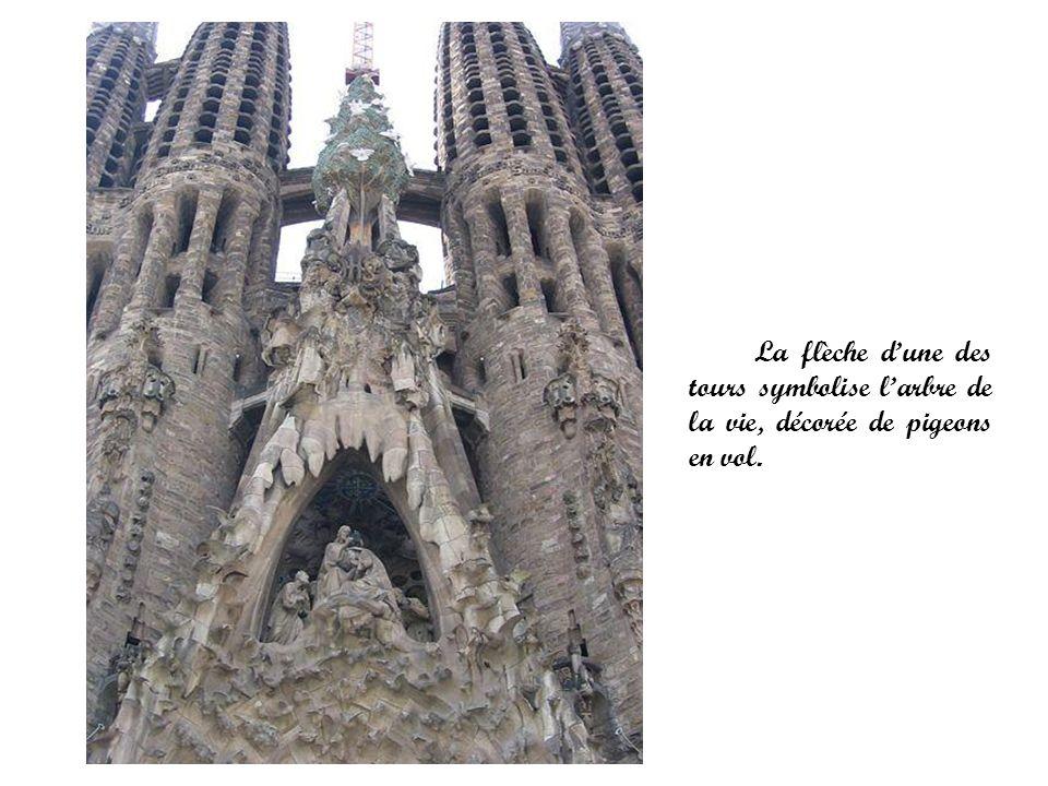 La flèche d'une des tours symbolise l'arbre de la vie, décorée de pigeons en vol.