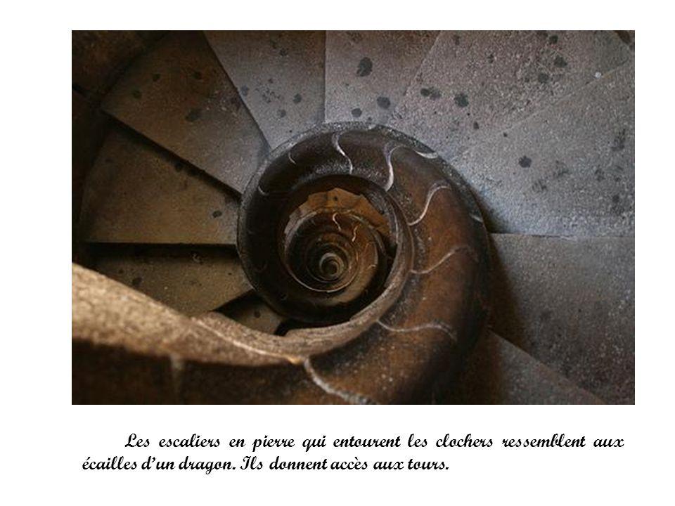 Les escaliers en pierre qui entourent les clochers ressemblent aux écailles d'un dragon.