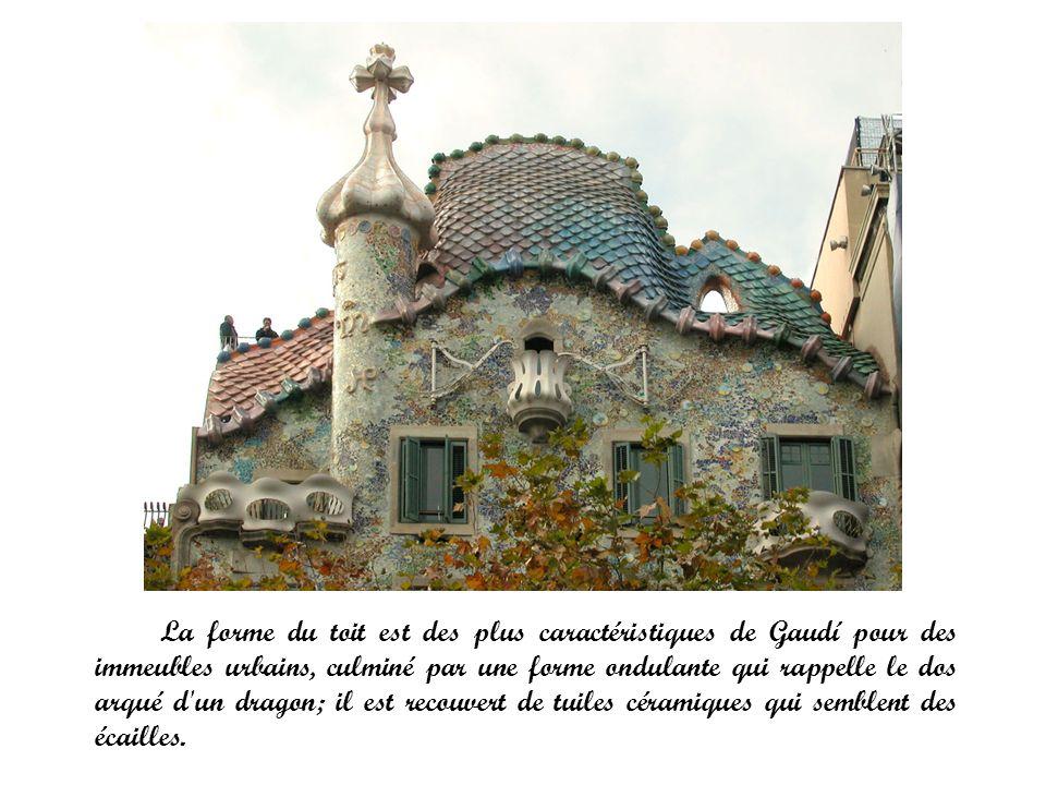 La forme du toit est des plus caractéristiques de Gaudí pour des immeubles urbains, culminé par une forme ondulante qui rappelle le dos arqué d un dragon; il est recouvert de tuiles céramiques qui semblent des écailles.