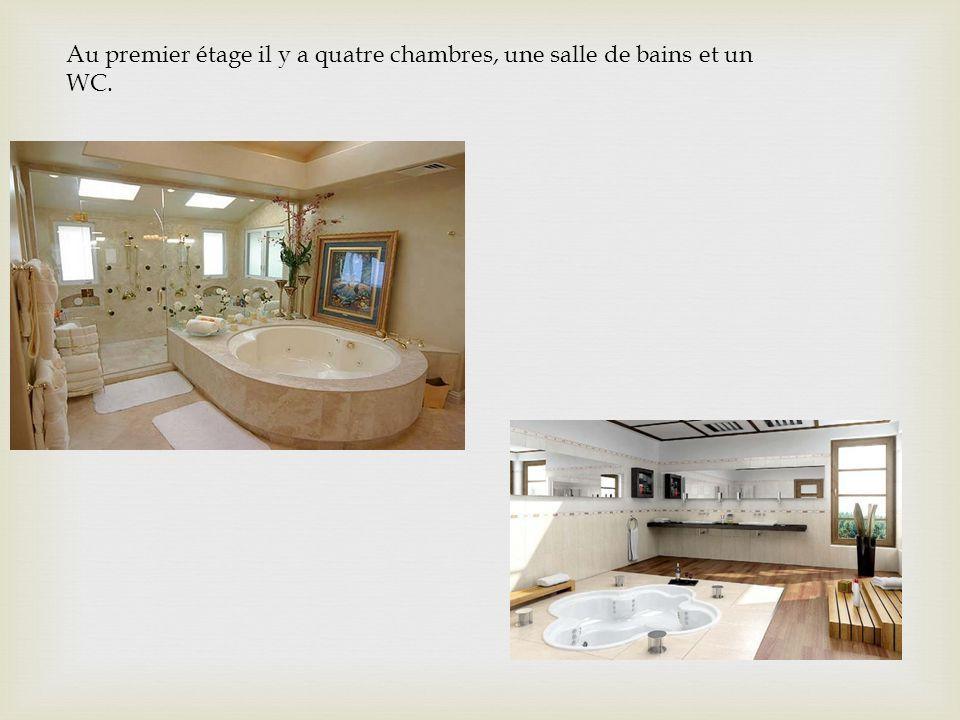 Au premier étage il y a quatre chambres, une salle de bains et un WC.