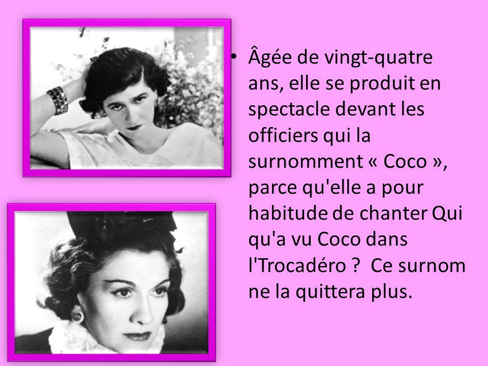 Âgée de vingt-quatre ans, elle se produit en spectacle devant les officiers qui la surnomment « Coco », parce qu elle a pour habitude de chanter Qui qu a vu Coco dans l Trocadéro .
