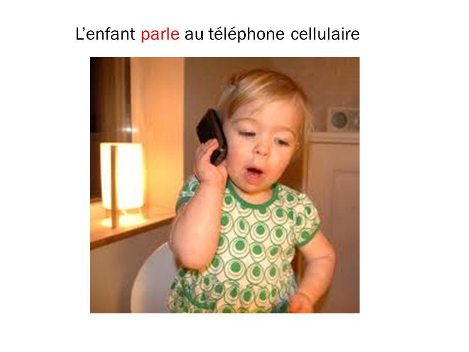 L'enfant parle au téléphone cellulaire