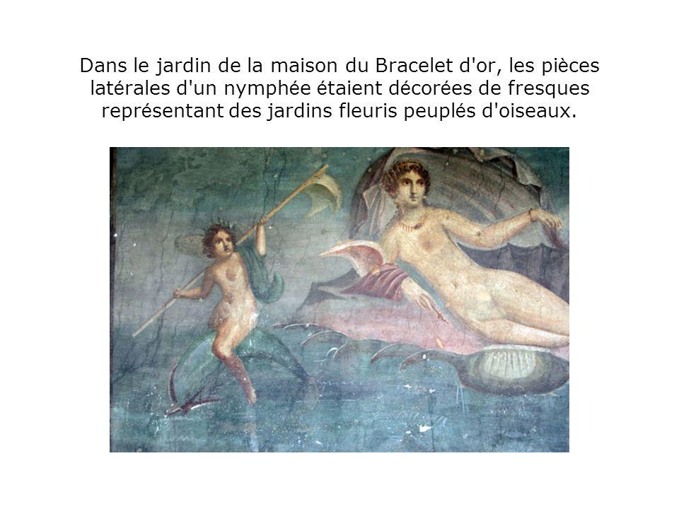 Dans le jardin de la maison du Bracelet d or, les pièces latérales d un nymphée étaient décorées de fresques représentant des jardins fleuris peuplés d oiseaux.