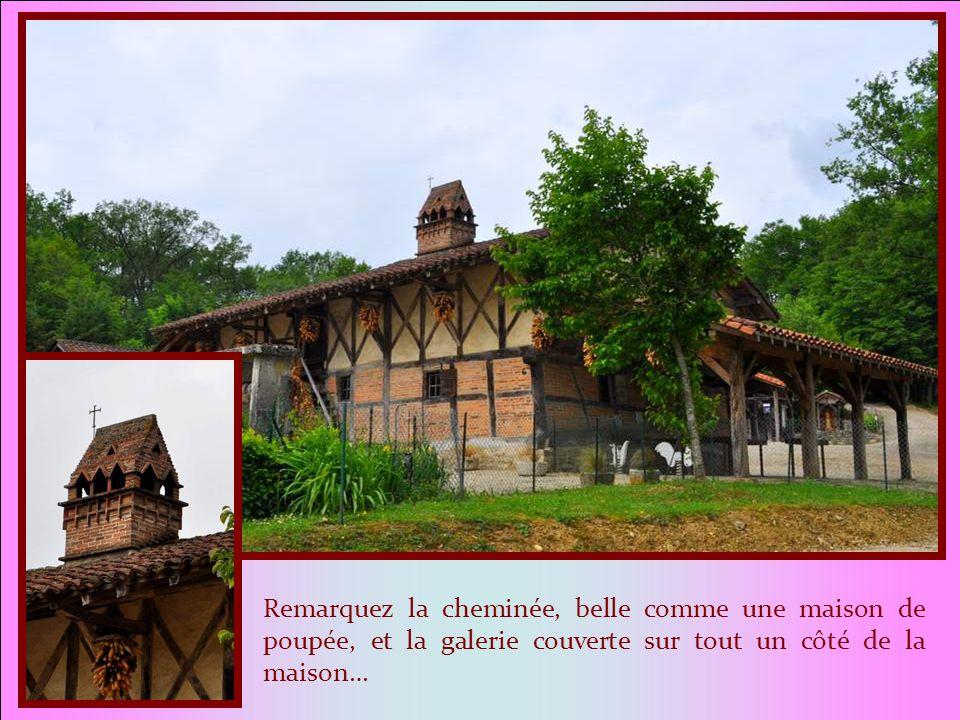 Remarquez la cheminée, belle comme une maison de poupée, et la galerie couverte sur tout un côté de la maison…