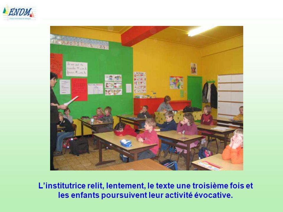 L'institutrice relit, lentement, le texte une troisième fois et les enfants poursuivent leur activité évocative.