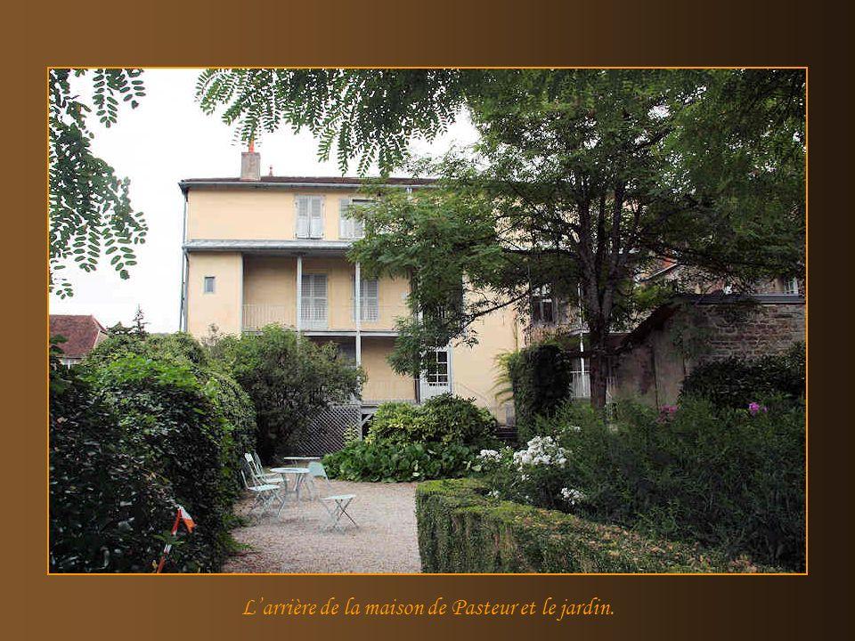 L'arrière de la maison de Pasteur et le jardin.