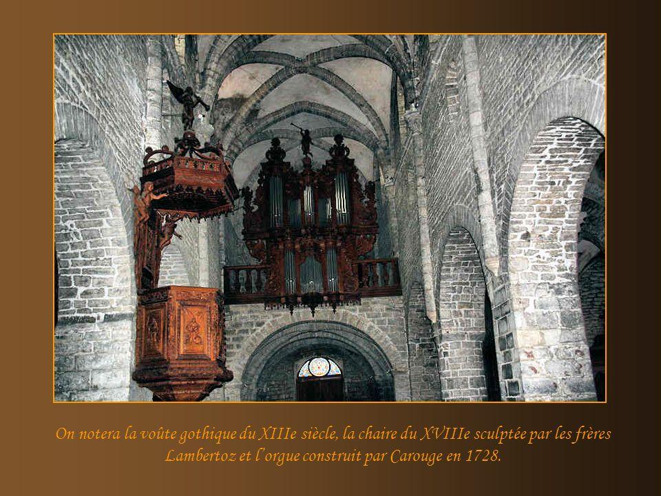 On notera la voûte gothique du XIIIe siècle, la chaire du XVIIIe sculptée par les frères Lambertoz et l'orgue construit par Carouge en 1728.