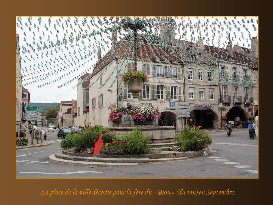 La place de la ville décorée pour la fête du « Biou » (du vin) en Septembre.