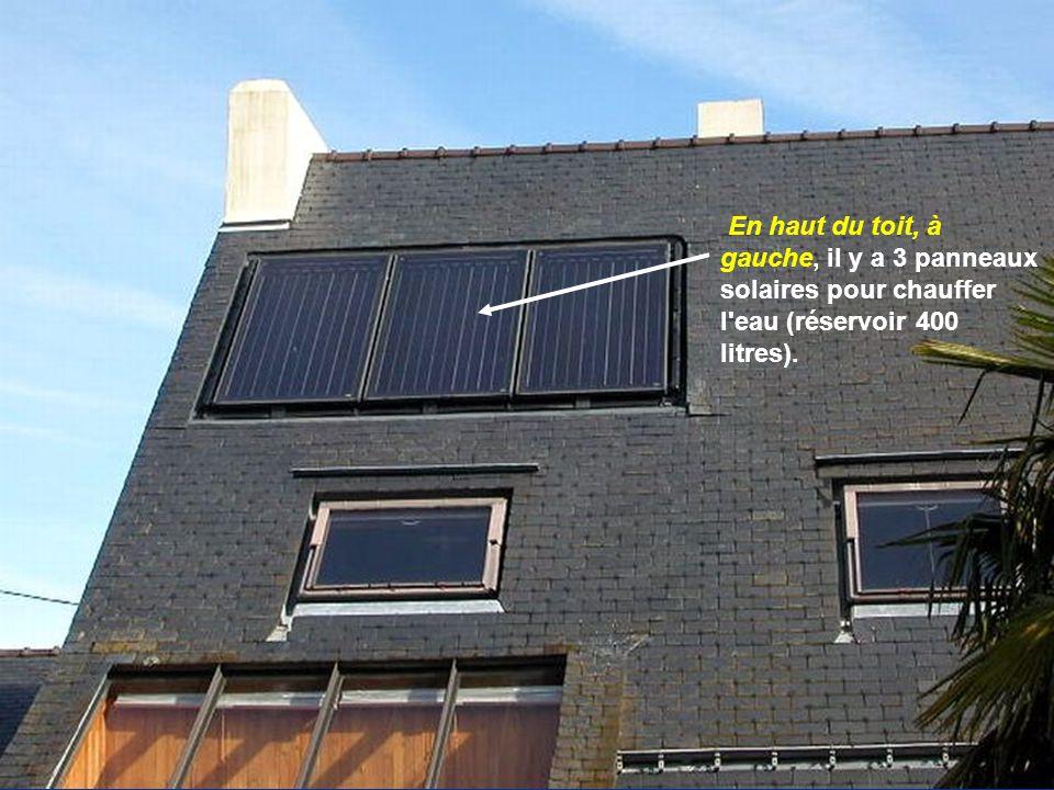 En haut du toit, à gauche, il y a 3 panneaux solaires pour chauffer l eau (réservoir 400 litres).