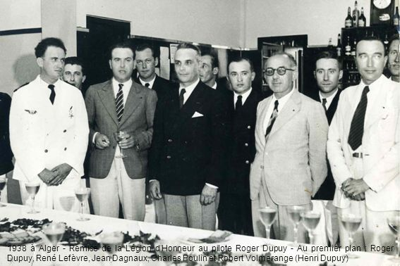 1938 à Alger - Remise de la Légion d'Honneur au pilote Roger Dupuy - Au premier plan : Roger Dupuy, René Lefèvre, Jean Dagnaux, Charles Poulin et Robert Volmerange (Henri Dupuy)