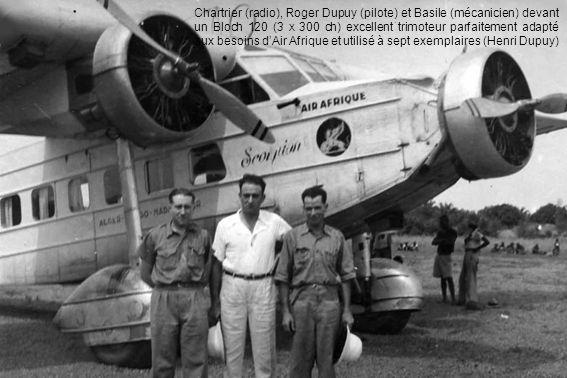 Chartrier (radio), Roger Dupuy (pilote) et Basile (mécanicien) devant un Bloch 120 (3 X 300 ch) excellent trimoteur parfaitement adapté aux besoins d'Air Afrique et utilisé à sept exemplaires (Henri Dupuy)