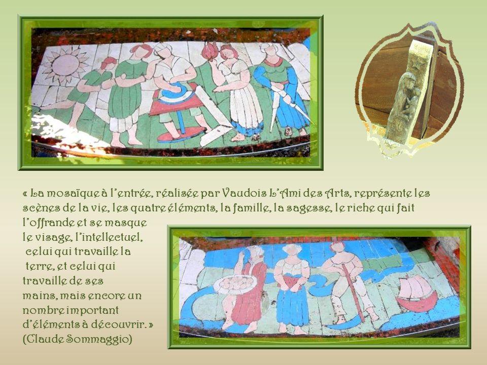 « La mosaïque à l'entrée, réalisée par Vaudois L'Ami des Arts, représente les scènes de la vie, les quatre éléments, la famille, la sagesse, le riche qui fait l'offrande et se masque