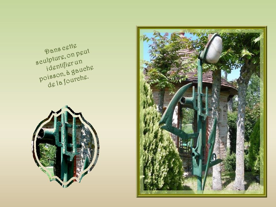 Dans cette sculpture, on peut identifier un poisson, à gauche de la fourche.