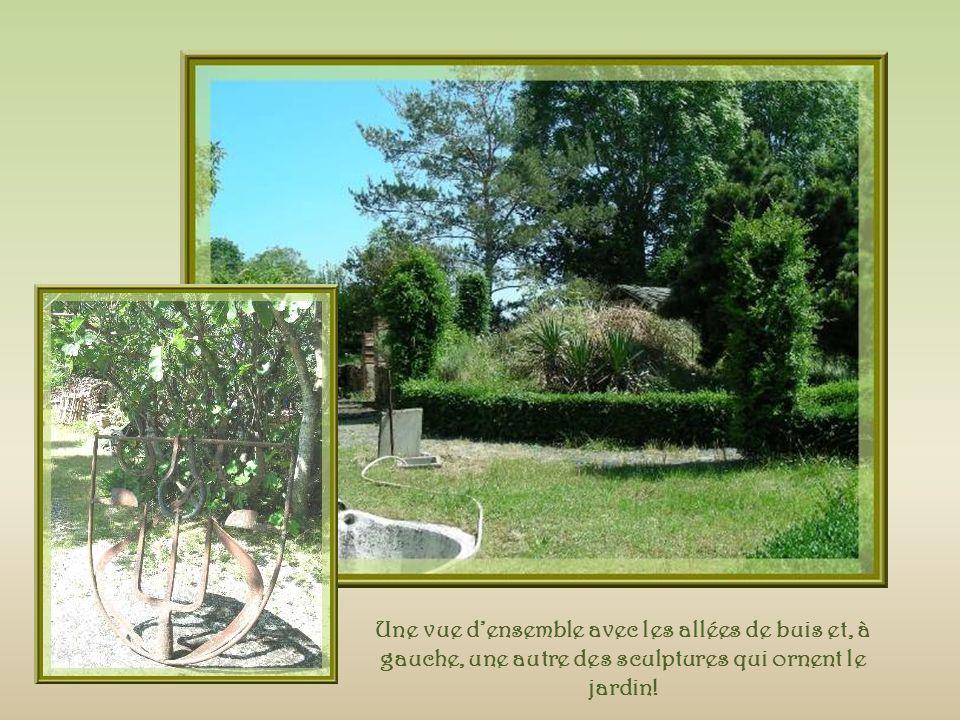 Une vue d'ensemble avec les allées de buis et, à gauche, une autre des sculptures qui ornent le jardin!