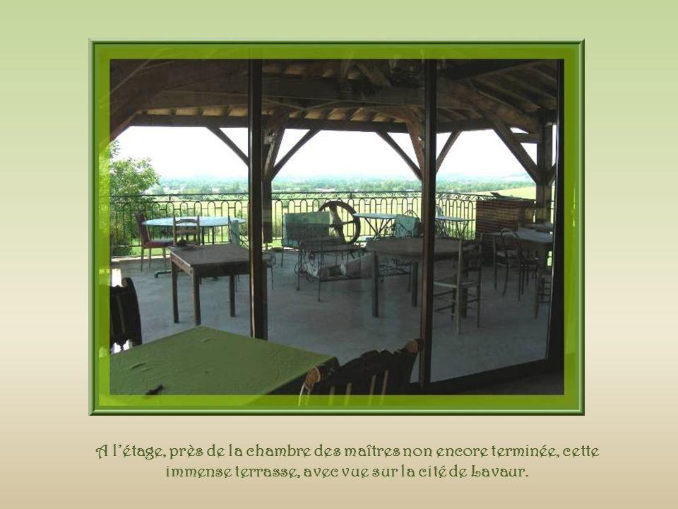 A l'étage, près de la chambre des maîtres non encore terminée, cette immense terrasse, avec vue sur la cité de Lavaur.
