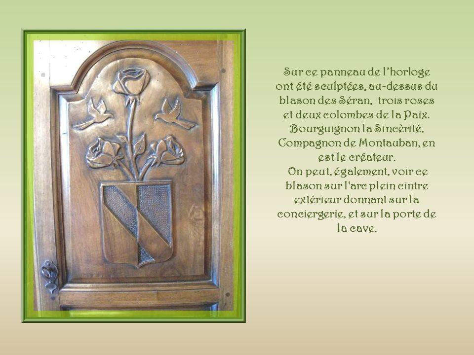 Sur ce panneau de l'horloge ont été sculptées, au-dessus du blason des Séran, trois roses et deux colombes de la Paix. Bourguignon la Sincèrité, Compagnon de Montauban, en est le créateur.