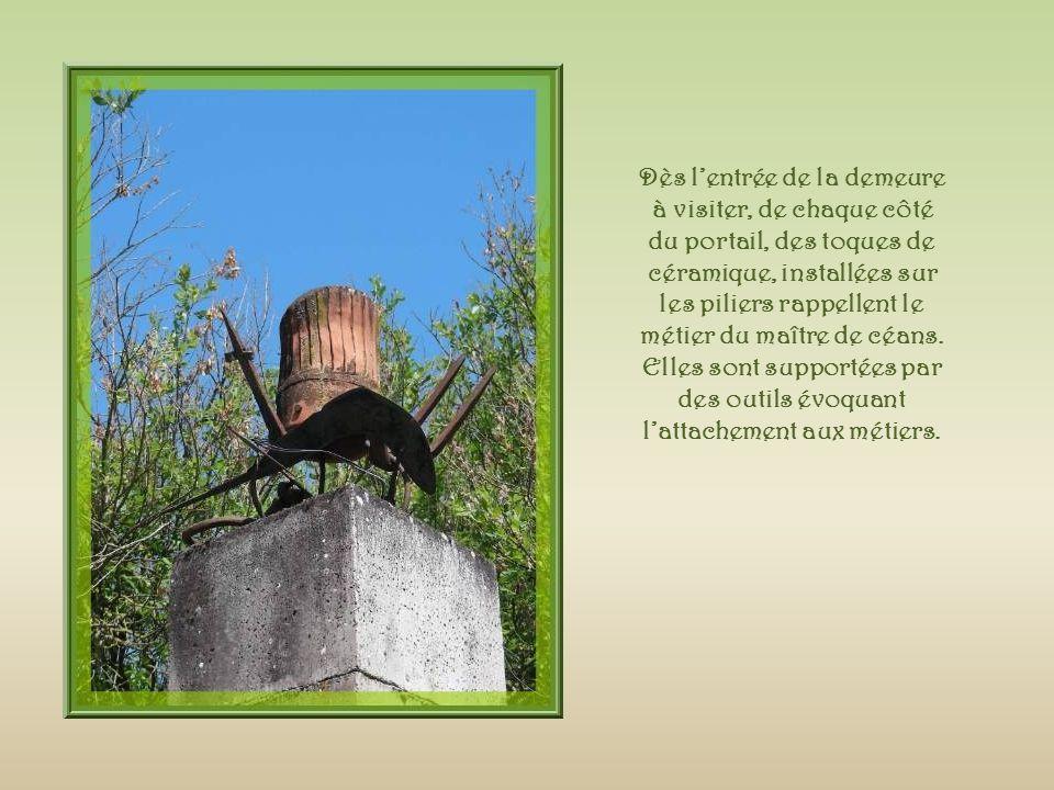 Dès l'entrée de la demeure à visiter, de chaque côté du portail, des toques de céramique, installées sur les piliers rappellent le métier du maître de céans.