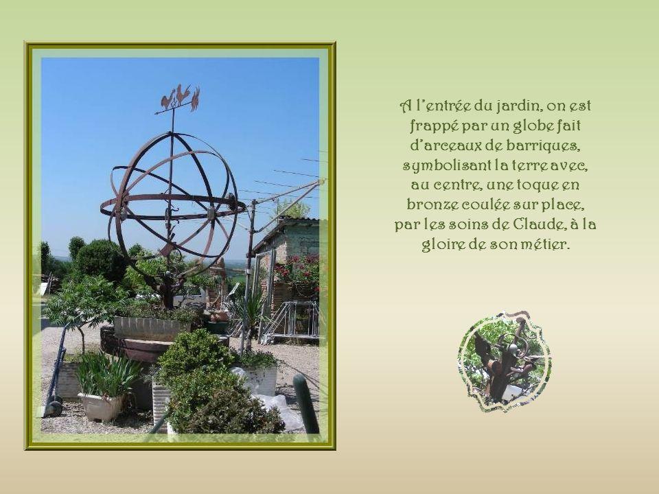 A l'entrée du jardin, on est frappé par un globe fait d'arceaux de barriques, symbolisant la terre avec, au centre, une toque en bronze coulée sur place, par les soins de Claude, à la gloire de son métier.