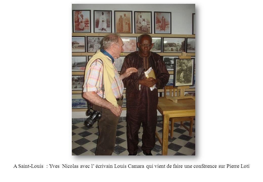 A Saint-Louis : Yves Nicolas avec l' écrivain Louis Camara qui vient de faire une conférence sur Pierre Loti