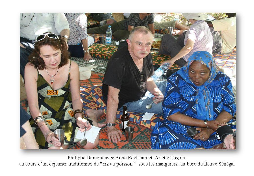 Philippe Dumont avec Anne Edelstam et Arlette Togola, au cours d'un déjeuner traditionnel de riz au poisson sous les manguiers, au bord du fleuve Sénégal