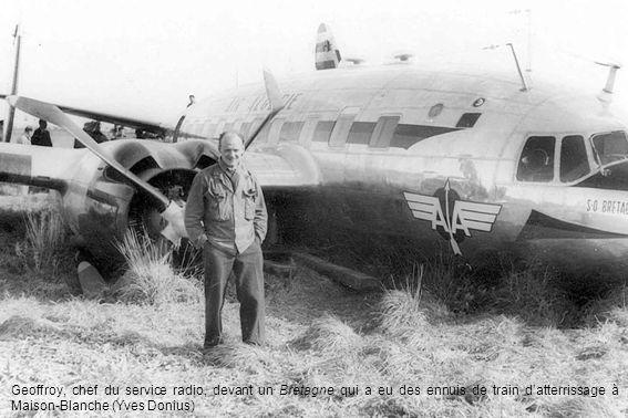 Geoffroy, chef du service radio, devant un Bretagne qui a eu des ennuis de train d'atterrissage à Maison-Blanche (Yves Donius)